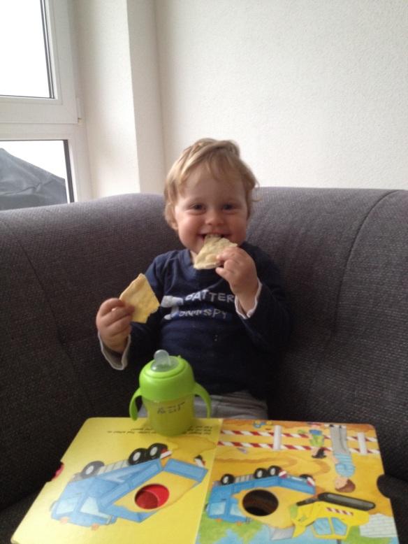 Felix isst Flammkuchen zum Frühstück
